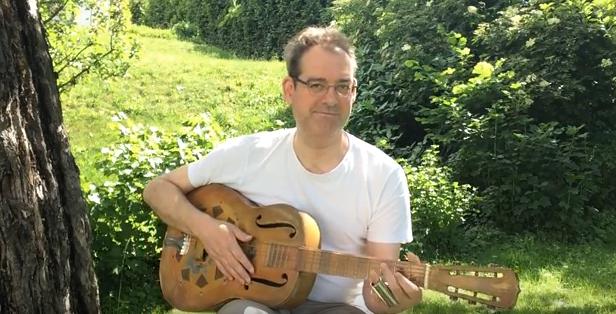 Gottfried spielt im Garten Gitarre