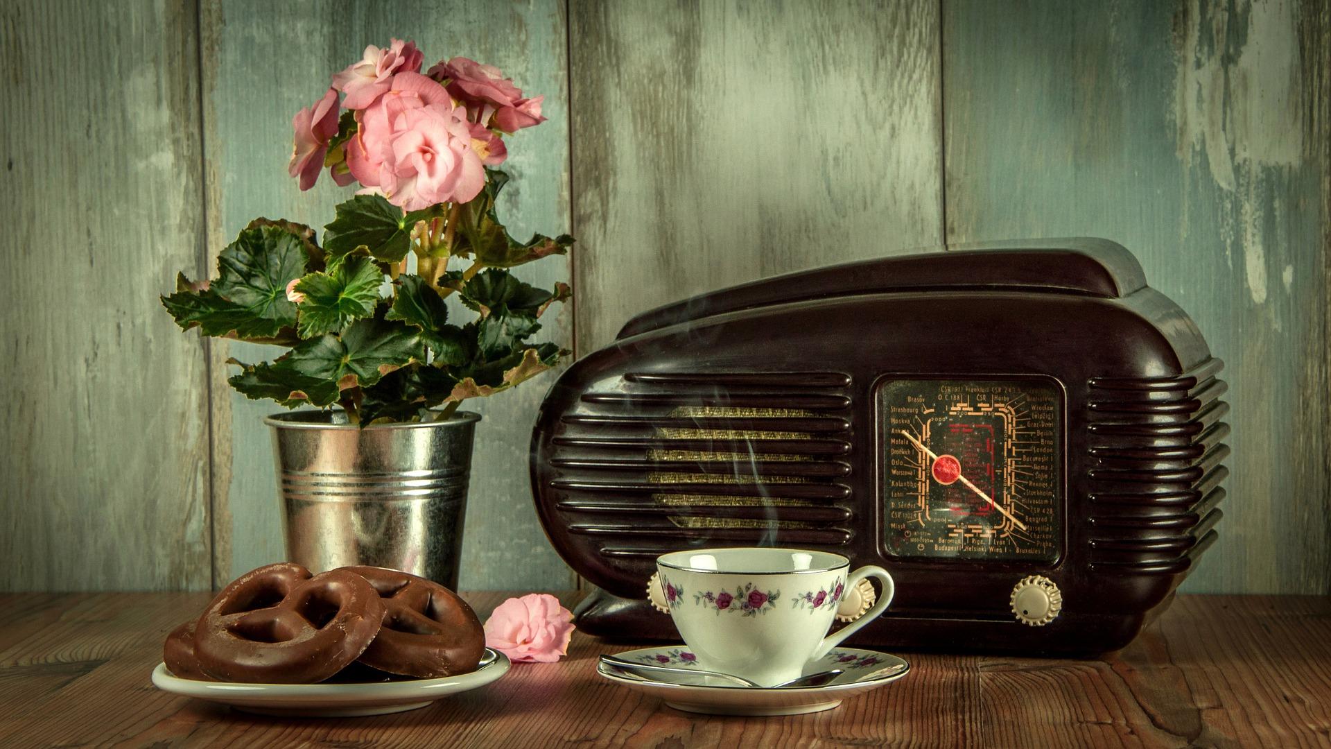 Ein Radio aus den 1920 symbolisiert die Musik und alten Gitarren von Gottfried David Gfrerer