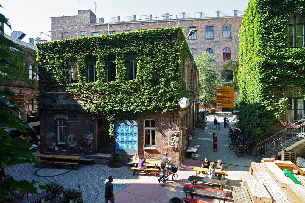 Fabriksgebäude mit Efeu bewachsen - Hof