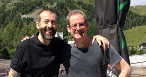 zwei Gitarristen freuen sich über das Wiedersehen
